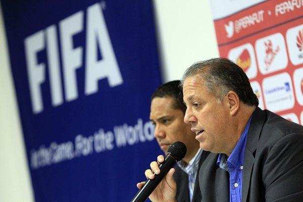 El secretario general de la Federación Panameña de Futbol, Jorge Aued (i), participa en una rueda de prensa (Foto Prensa Libre: AFP)