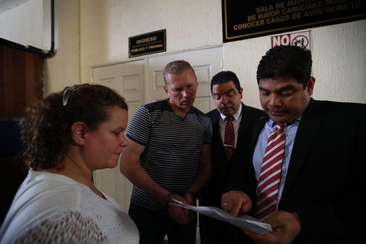 Igor Bitkov es notificado por sus abogados de la resolución de la jueza Éricka Aifán. (Foto Prensa Libre: Paulo Raquec)