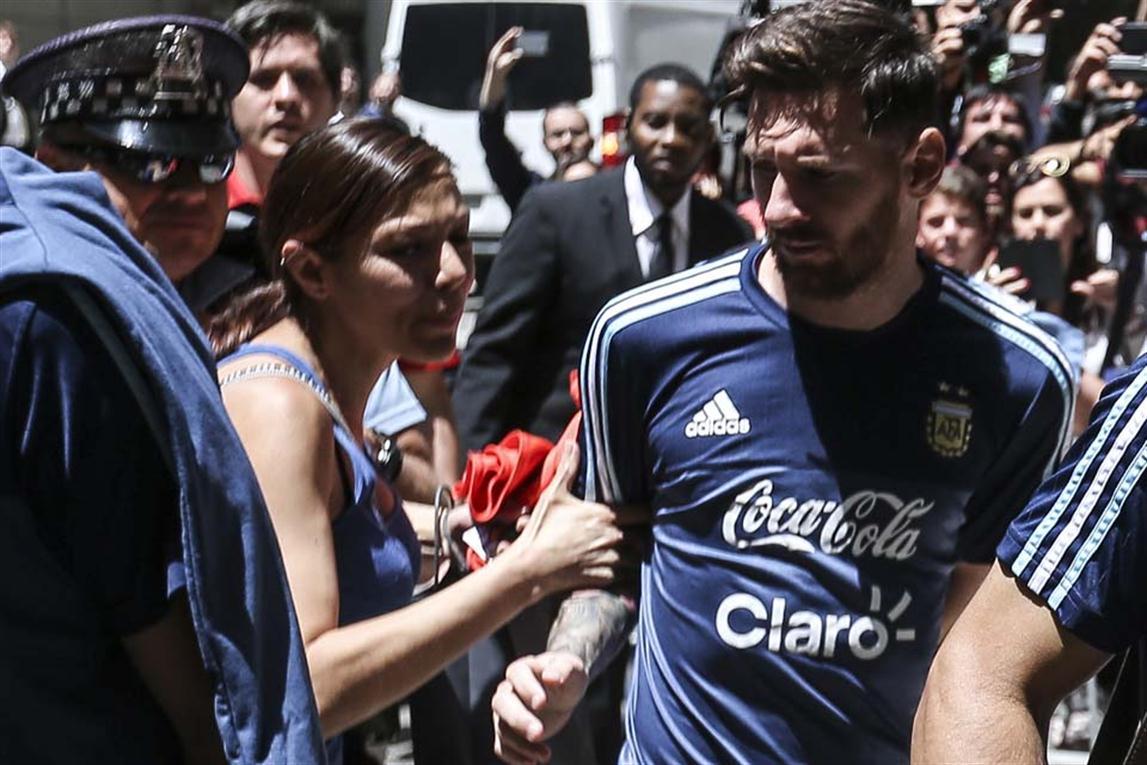 Mexicana burla la seguridad y seabalanza sobre Messi
