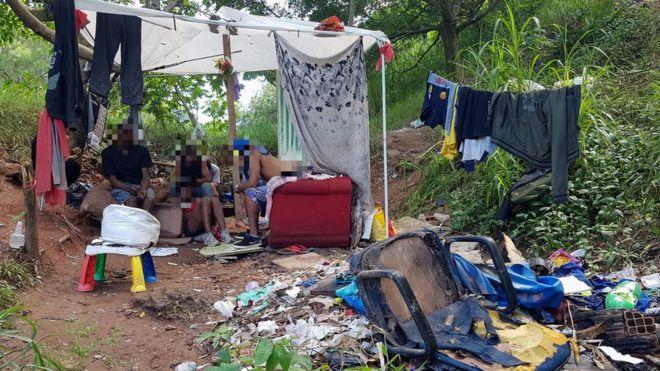 Duermen dentro de las tumbas: las terribles condiciones en las que vive un grupo de personas sin hogar en un cementerio de Sao Paulo