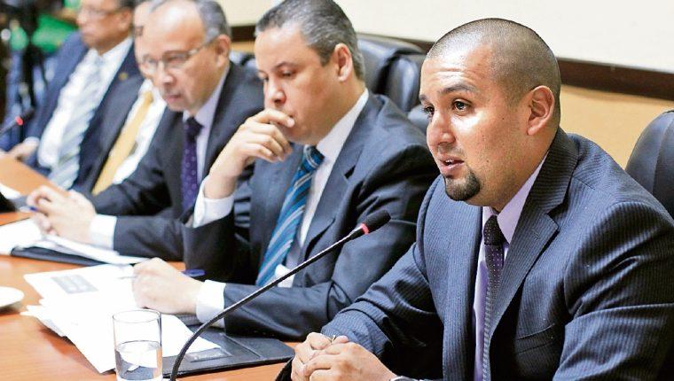 el superintendente Francisco Solórzano se dirige a los diputados de la Comisión legislativa.