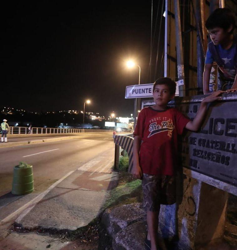 Algunos vecinos se acercan a observar los trabajos en el puente Belice. (Foto Prensa Libre: Juan Diego González)