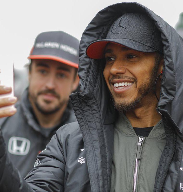 Lewis Hamilton y Fernando Alonso captados durante el trabajo previo a la carrera en China. (Foto Prensa Libre: EFE).