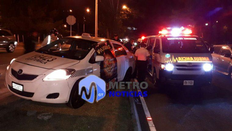 Vehículo que conducía el taxista en el bulevar Vista Hermosa, zona 15, cuando fue atacado a balazos. (Foto Prensa Libre: Metro Noticias).