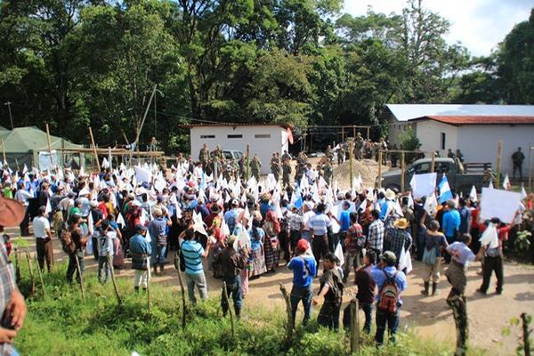 Vecinos de 23 comunidades participan en caminata, en San Mateo Ixtatán, Huehuetenango. (Foto Prensa Libre: Mike Castillo)