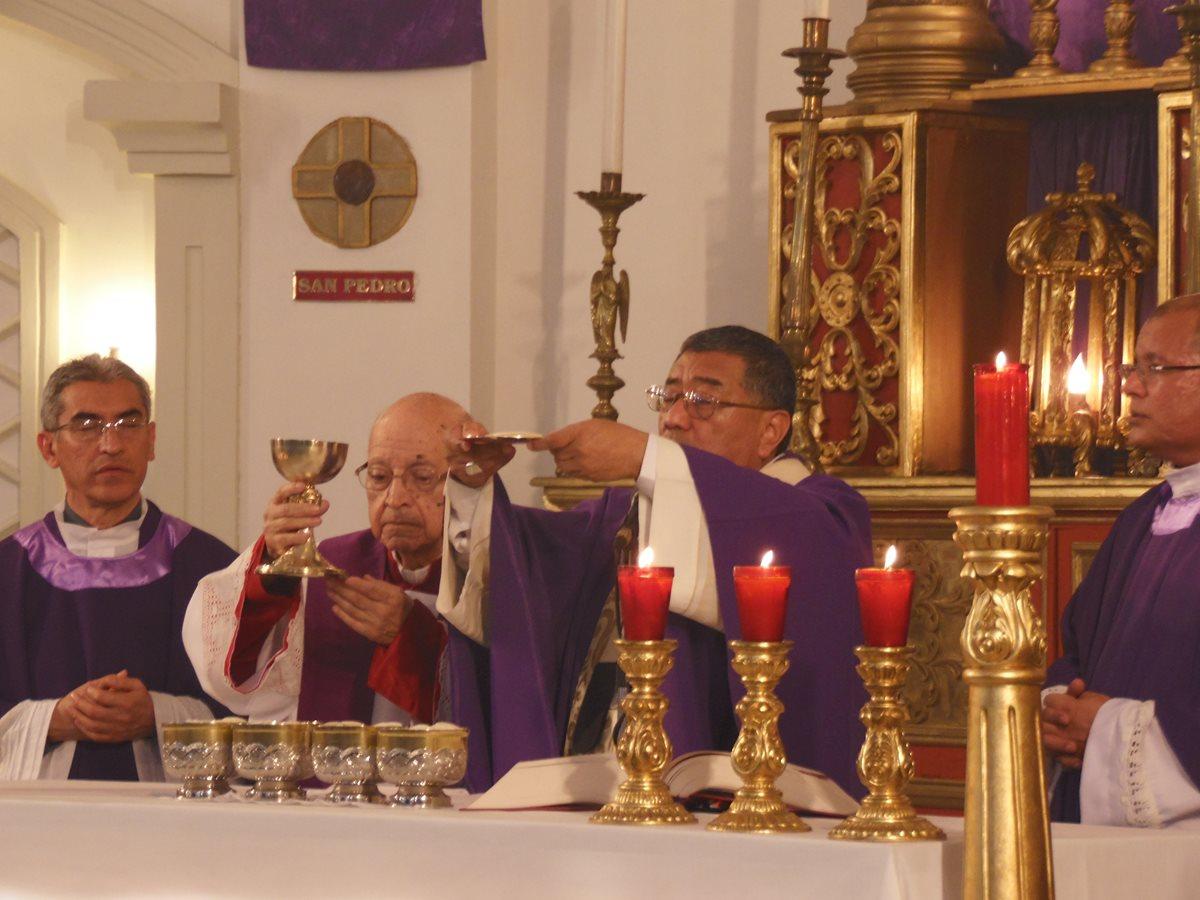 El momento más importante de la misa es la consagración del pan y el vino que se convierte en el cuerpo y la sangre de Cristo. (Foto: Néstor Galicia)