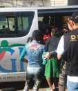 Personal de la PNC y PGN acompañan a los cuatro menores rescatados en Puerta del Señor, Fraijanes. (Foto Prensa Libre: Cortesía PNC)