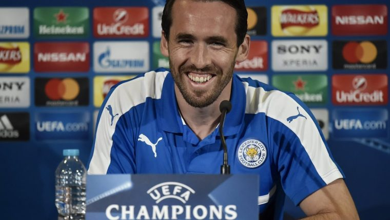 El jugador del Leicester City Christian Fuchs, sonríe durante la conferencia de prensa previo al partido contra el Atlético de Madrid. (Foto Prensa Libre: EFE)