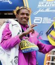 Lelisa Desisa de Etiopia celebra luego de ganar la edición 119 del Maratón de Boston. (Foto Prensa Libre: AFP).