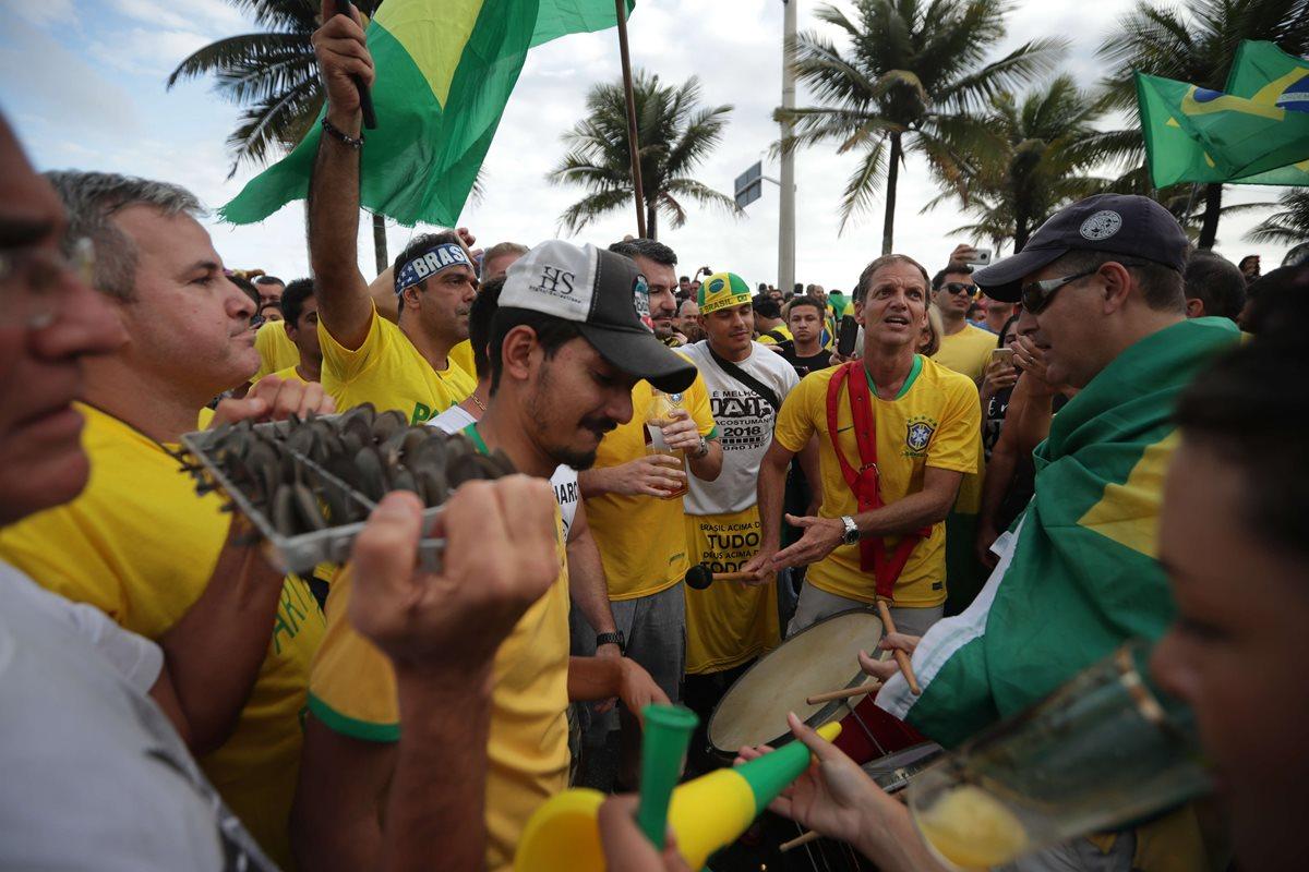 Simpatizantes de Jair Bolsonro salieron a las calles a celebrar el triunfo del candidato ultraderechista. (Foto Prensa Libre: AFP)