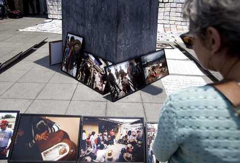 Activistas colocaron fotos tomadas durante el conflicto armado frente a la Corte de Constitucionalidad. (Foto Prensa Libre: EFE)