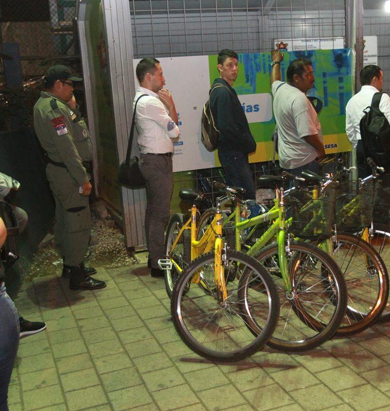 Estudiantes usan bicicletas para transportarse de la Usac a la estación del Transmetro en la calzada Raúl Aguilar Batres.(Foto Prensa Libre: Estuardo Paredes)