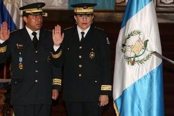 Rember Larios Tobar junto a Marlene Blanco Lapola, cuando eran juramentados como autoridades de la PNC en 2008. (Foto Prensa Libre: Hemeroteca PL)