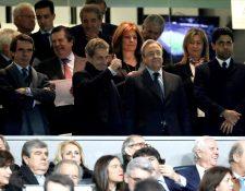 Nasser Al-Khelaïfi estuvo ayer en el palco presidencial junto a los expresidentes José María Aznar (España), Nicolas Sarkozy (Francia) y el presidente del Real Madrid Florentino Pérez. (Foto Prensa Libre: EFE)