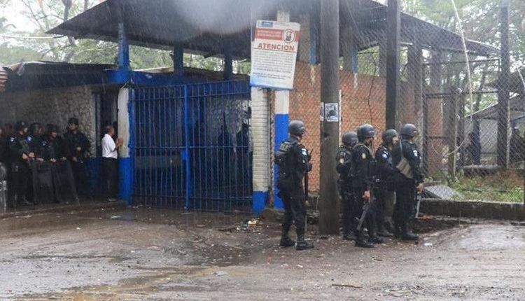 Además de los 10 reos fallecidos, Presidios confirmó 25 personas heridas. (Foto Prensa Libre: Hemeroteca)