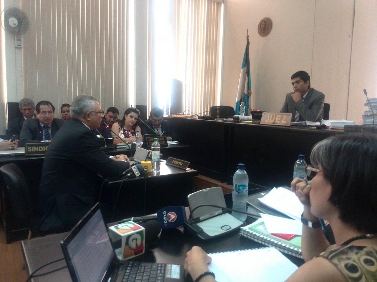 Salvador González ofrece el anticipo de prueba en el Juzgado Tercero. (Foto Prensa Libre: Jerson Ramos)