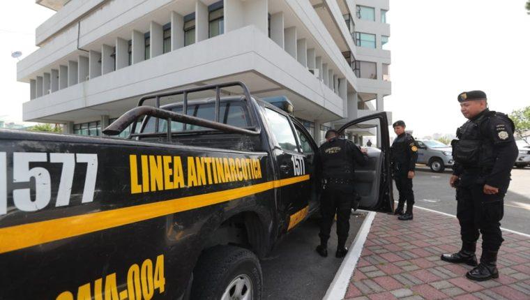 Agentes de PNC acompañan al MP en los cateos en Aeronáutica Civil y los hangares. (Foto Prensa Libre: Erick Avila)