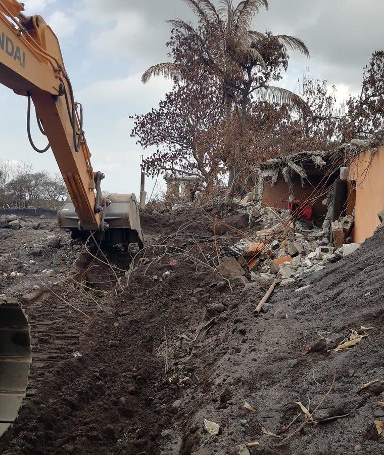 Maquinaria demuele vivienda en la zona cero San Miguel Los Lotes, Escuintla. (Foto Prensa Libre: Enrique Paredes).