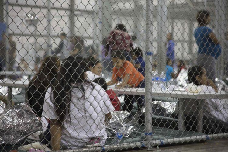 Las patrullas fronterizas trasladan a este lugar a las personas que encuentran en Texas.