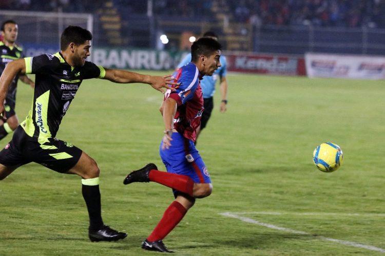 José Carlos Pinto trató de detener a los jugadores locales.  (Foto Prensa Libre: Carlos Ventura)