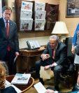 Chuck Schumer (c), se reúne con otros líderes demócratas en el Capitolio, Washington D.C, Estados Unidos. (Foto prensa Libre.EFE).
