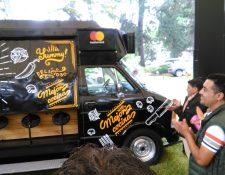 La camionetilla del Flame Burger, que se instala en la Avenida Elena, fue renovada y ahora también tienen la posibilidad de cobro con tarjeta. La observan los propietarios Juan Carlos Calderon y su hijo Sergio (Foto, Prensa Libre: Rosa María Bolaños)