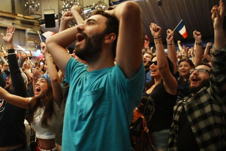 Alrededor del mundo las personas observan la victoria francesa, esta imagen fue captada en Los Ángeles, California, Estados Unidos.
