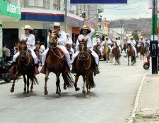 Jinetes con  ejemplares de raza peruana desfilan en  la Avenida Chipilapa de la ciudad de Jalapa, en el desfile hípico con el que arrancó la Feria Ganadera. (Foto Prensa Libre: Hugo Oliva)