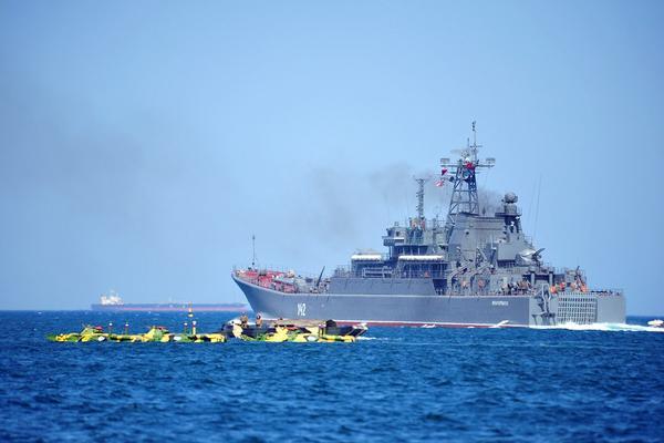 El gran buque de desembarco Novocherkassk, de la Flota rusa del mar Negro, puso rumbo este domingo al puerto sirio de Tartus (Mediterráneo norte). (EFE)