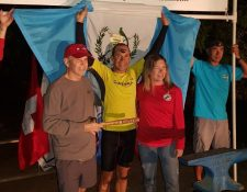 Orgullosamente Sagastume alzó los brazos con la bandera de Guatemala. (Foto Prensa Libre: Mayda Paiz)