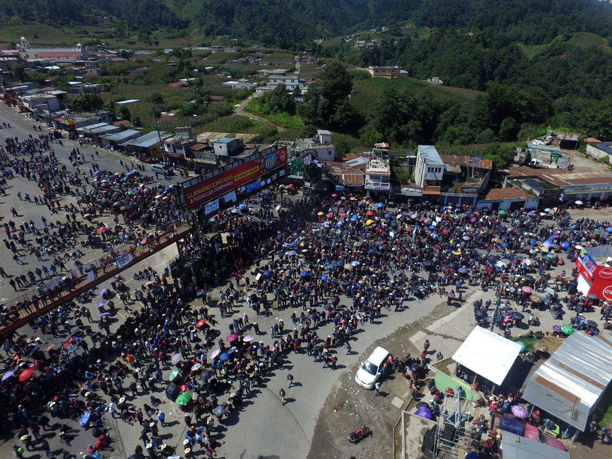 Masiva marcha este lunes en Sololá contra Jimmy Morales. (Foto Prensa Libre: Estuardo Paredes)