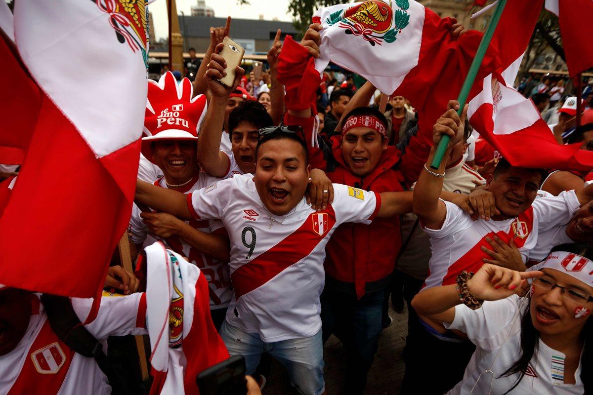 Aficionados peruanos viven una fiesta en Buenos Aires en la previa del juego contra Argentina. (Prensa Libre: AFP).