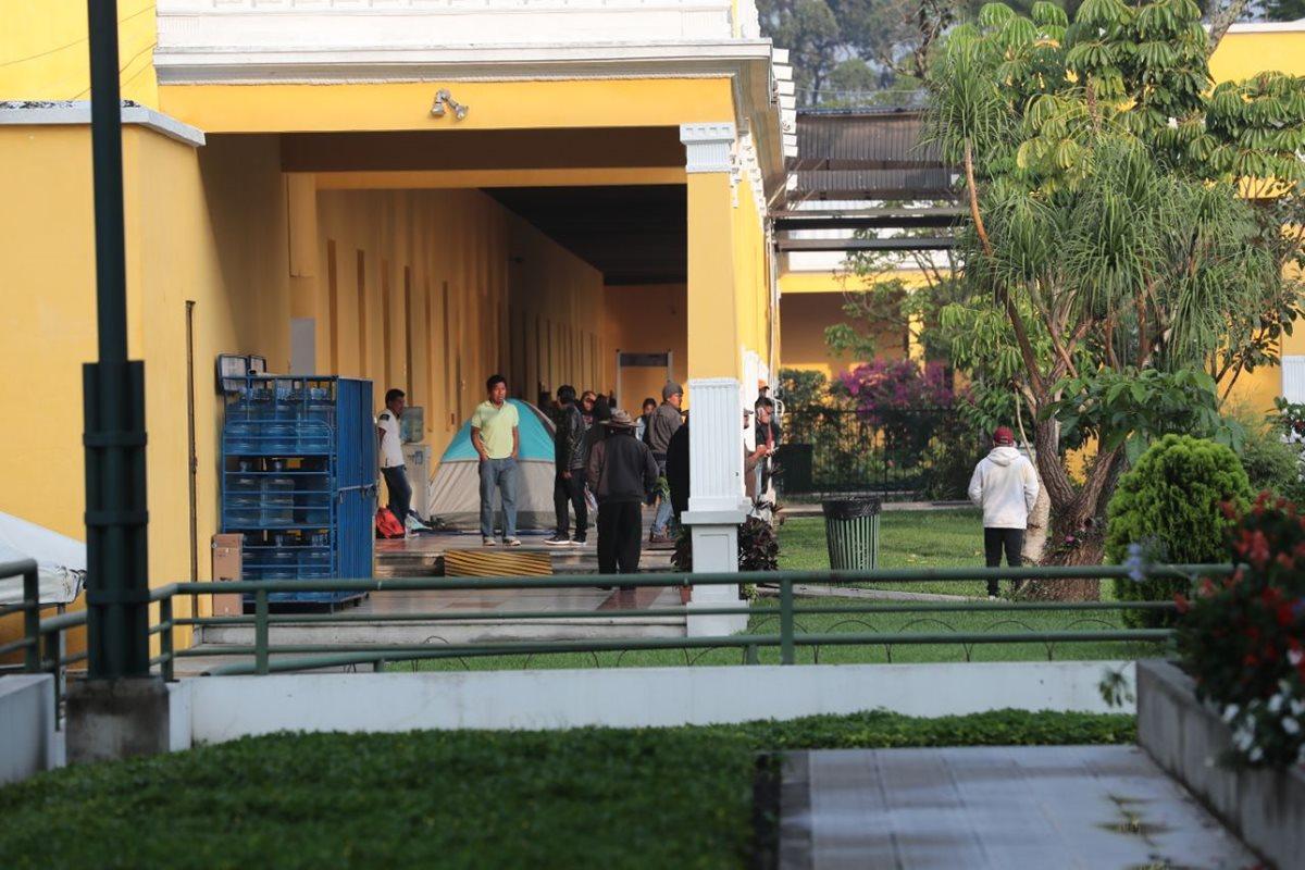 Un grupo de maestros llegó desde el miércoles a acampar dentro del Ministerio de Educación. (Foto Prensa Libre: Álvaro Interiano)