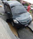 En el bulevar Los Próceres y 20 avenida A, zona 10, se formó un agujero en la vía. El alcalde de la capital, Ricardo Quiñónez, supervisa el área. (Foto Prensa Libre: Esbin García)