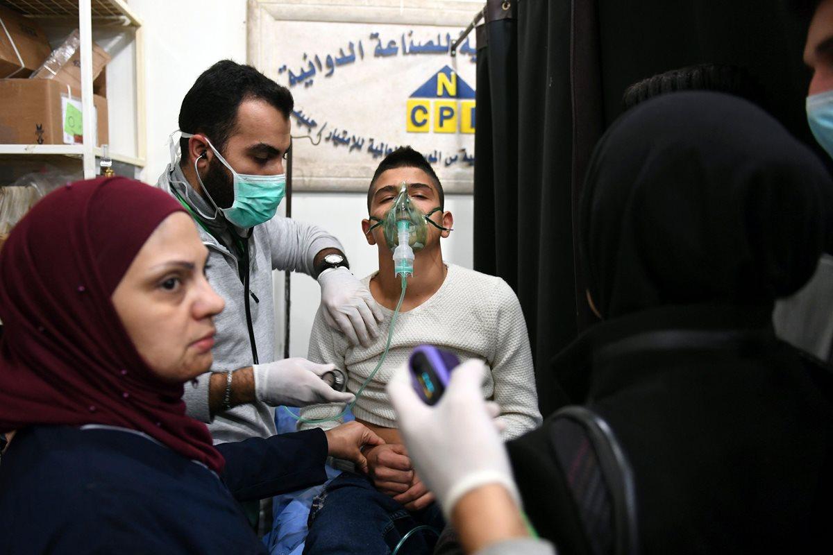 Un joven sirio recibe tratamiento en un hospital del régimen controlado por Alepo. (FOTO PRENSA LIBRE: GEORGE OURFALIAN / AFP)