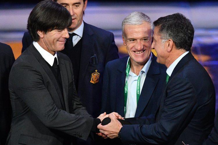 Joachim Loew, técnico de Alemania, saluda a Juan Carlos Osorio y Didier Deschamps. (Foto Prensa Libre: AFP).