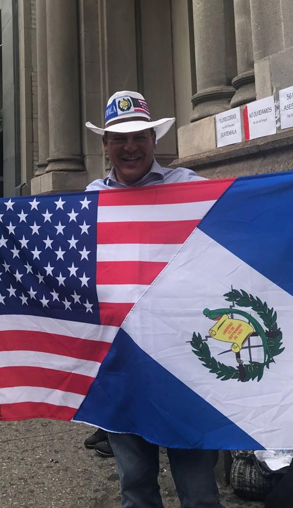 Un guatemalteco porta las banderas e Guatemala y de Estados Unidos, durante la protesta. (Foto Prensa Libre: Cortesía)