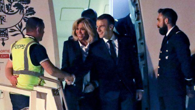Quién lo habría imaginado: Macron saludando, alegre, a un chaleco amarillo. AFP