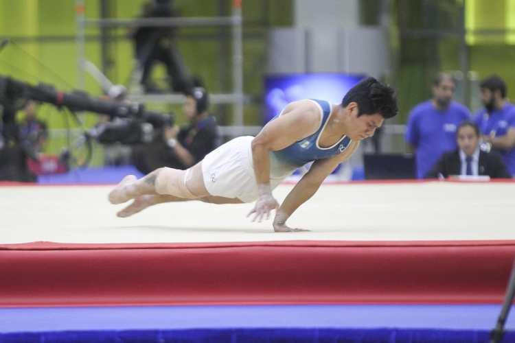 El atleta guatemalteco Jorge Vega, durante su rutina de piso, en Barranquilla 2018. (Foto Prensa Libre: Cortesía ACD)