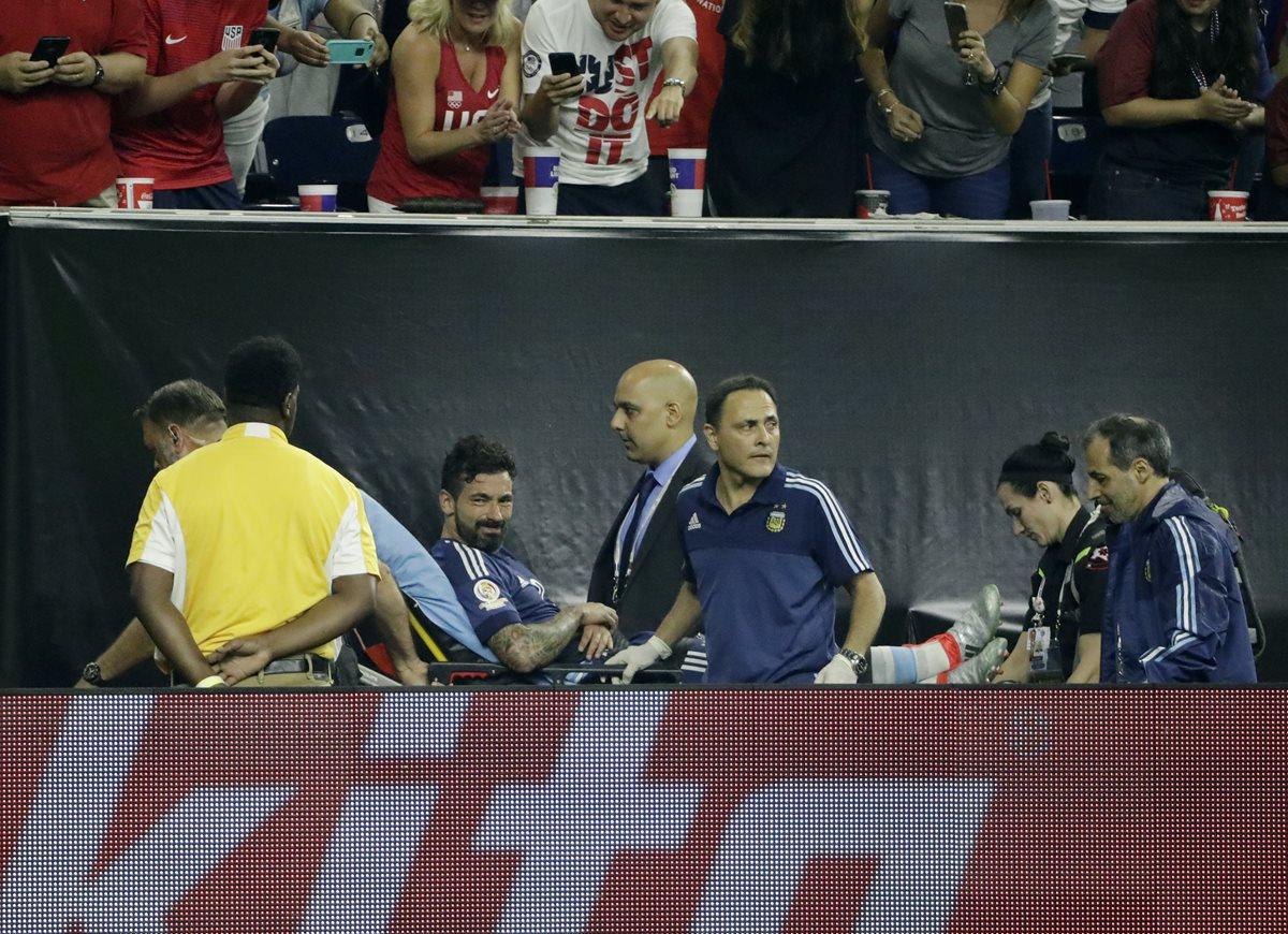 Lavezzi salió del campo en camilla luego de caer de espaldas. (Foto prensa Libre: AP)