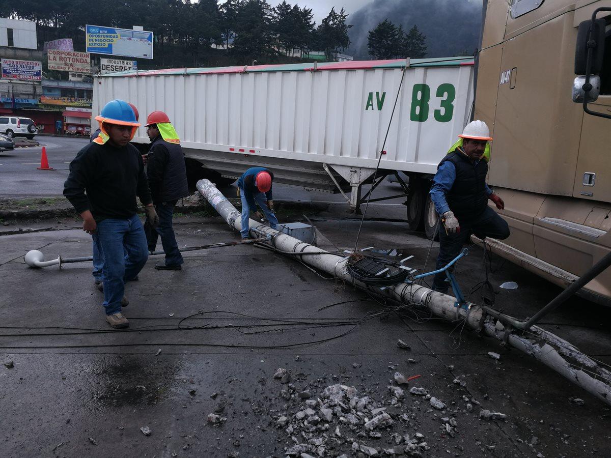 Accidente en la avenida La Independencia, zona 2 de Quetzaltenango, dejó daños materiales que incluyen un poste de alumbrado público. (Foto Prensa Libre: Fred Rivera)