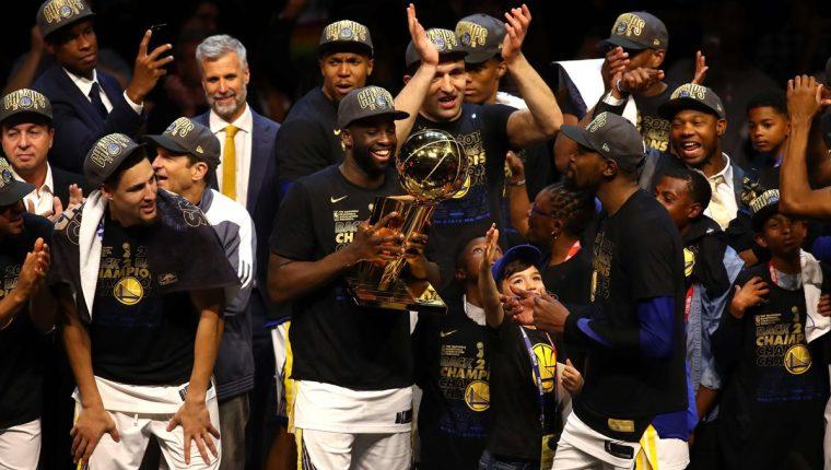 Los jugadores de los Warriors de Golden State celebran su bicampeonato de la NBA. (Foto Prensa Libre: AFP)