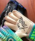Estos son los guantes que donó el portero Paulo César Motta para los damnificados. (Foto Prensa Libre: Cortesía Paulo Motta)