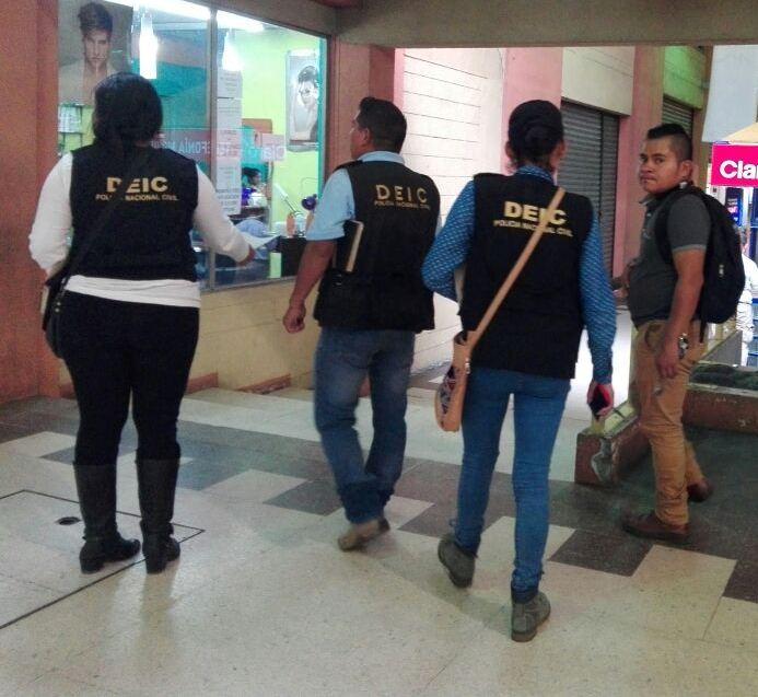 Investigadores harán diligencias en 12 comercios dedicados al comercio de celulares. (Foto Prensa Libre: PNC)