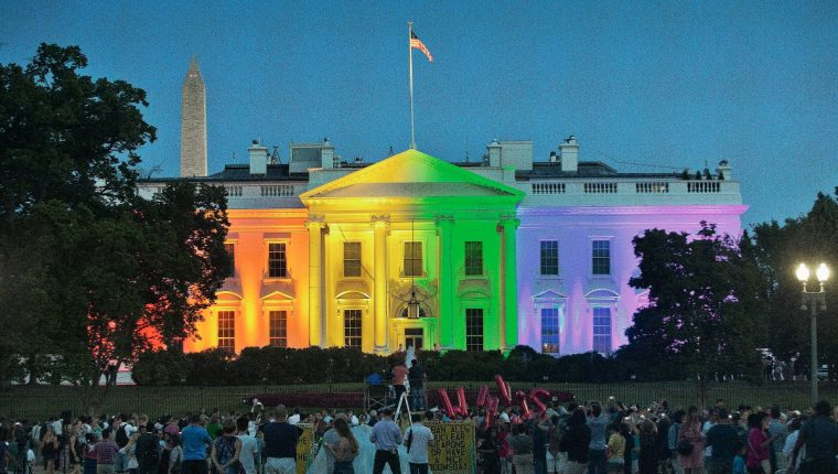 La Casa Blanca, sede del poder en EE. UU. también se unió a la celebración por la aprobación del matrimoni gay el viernes último sus colores se mantienen el fin de semana. (Foto Prensa Libre: AP).