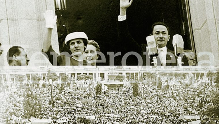 Arriba: Castillo Armas y su esposa Odilia saludan a la multitud desde el balcón presidencial. (Foto: Hemeroteca PL)