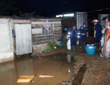 Bomberos Municipales  Departamentales, trabajaron durante tres horas para extraer el agua de las viviendas inundadas, debido a la fuerte lluvia. (Foto Prensa Libre: Renato Melgar)