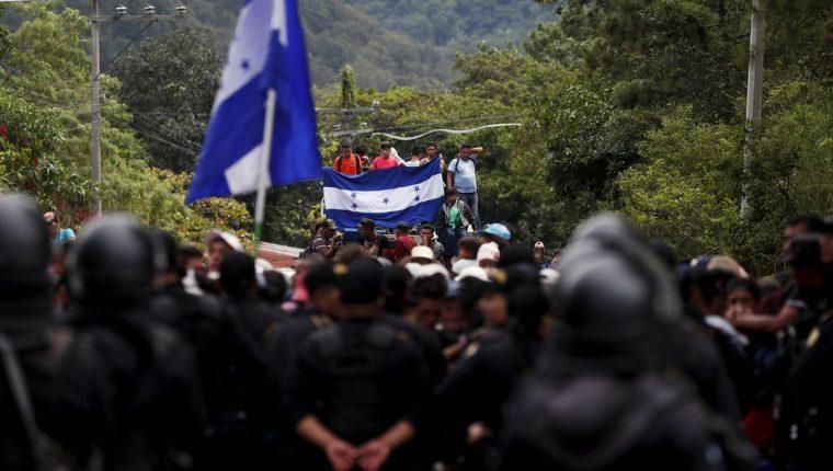El vicepresidente de Estados Unidos, Mike Pence, pide al gobierno de Guatemala que controle el paso de los migrantes hondureños, para evitar que lleguen a territorio estadounidense. (Foto Prensa Libre: EFE)