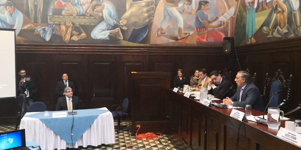 Solamente uno de los 20 actores citados a la comisión pesquisidora acudió a la audiencia pública en el Congreso. (Foto Prensa Libre: Carlos Álvarez)