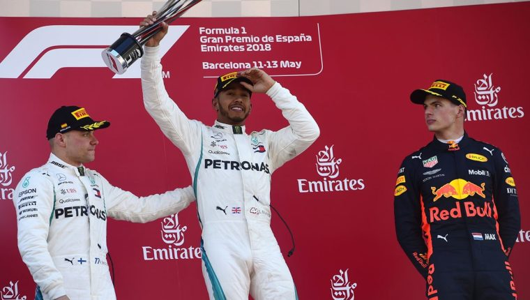 Lewis Hamilton celebra en el podio con Valtteri Bottas y Max Verstappen en el circuito de Montmelo. (Foto Prensa Libre: AFP)
